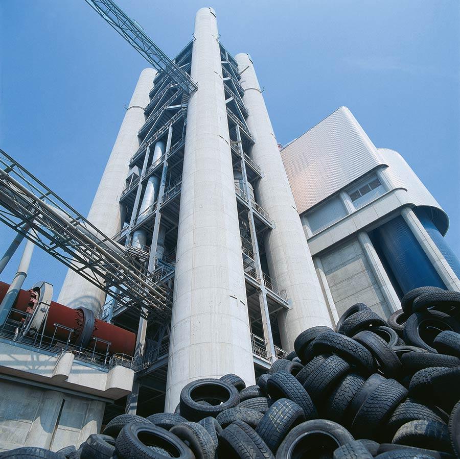 Altreifen vor der Verwertung im Zementwerk
